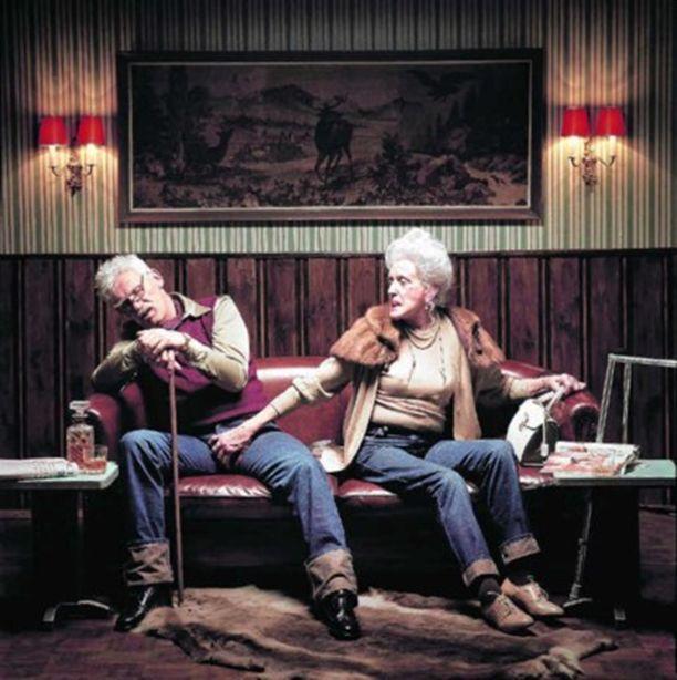 Reclame voor Diesel. Twee oudere personen zitten in een zetel. De oudere man slaapt en is van zijn wandelstok wat weggezakt. De een oudere vrouw grijpt hem in het kruis.