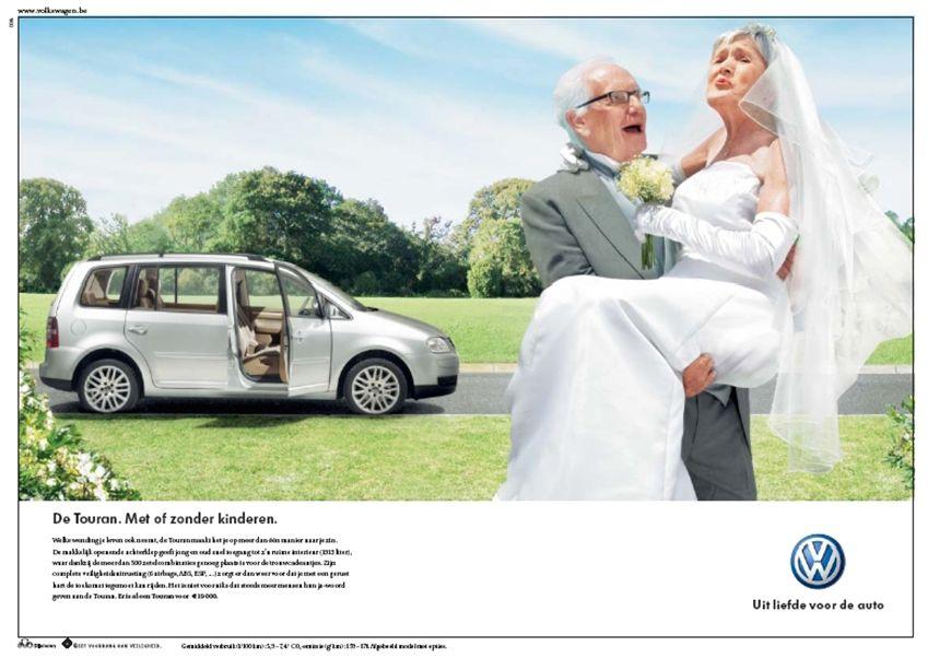 Een ouder bruidskoppel heeft net een nieuwe auto gekocht. De man draagt zijn bruid naar binnen. Beiden lachen.