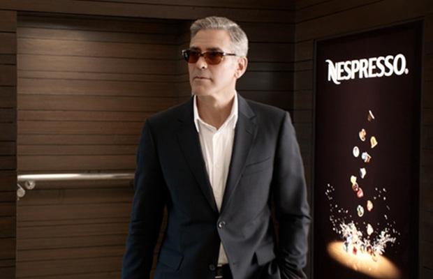 Screenshot uit een reclame voor Nespresso koffie met George Clooney (50+) in beeld.
