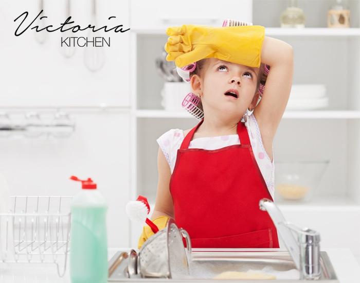 Een meisje van een jaar of 7 doet de afwas. Ze veegt het zweet van haar voorhoofd.