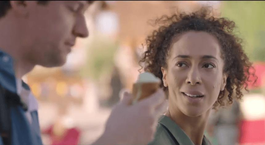 Een screenshot uit een tv-spot voor een bank. In beeld: een gemengd koppeltje. De man is wit en de vrouw bruin en heeft een kroeshaarkapsel.