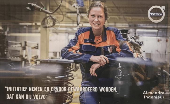 Een vrouwelijke ingenieur in overall