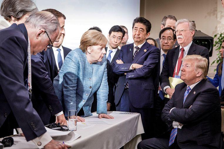 Wereldleiders (met middenin Merkel) praten op Trump in tijdens de G7, in juni 2019 in Canada. Beeld REUTERS