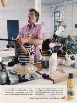 Een jonge vader bakt samen met zijn dochter pannenkoeken in de keuken.