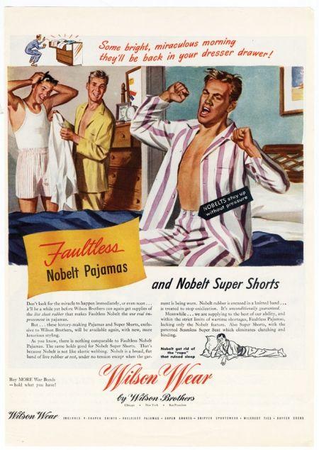 Twee jonge mannen in pyjama kijken naar hoe een andere jonge man op de rand van zijn bed de slaap uit zijn lichaam rekt.