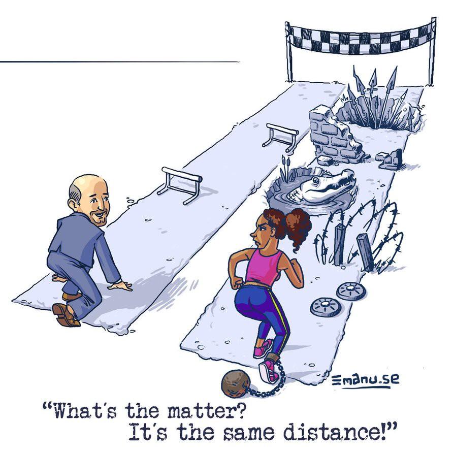 """Cartoon. Links in beeld: een kalende man in maatpak aan de start van een hindernissenloop. Zijn loopstrook bevat twee horden. Rechts in beeld: een zwarte vrouw met aan haar enkel een balvormig gevangenisgewicht. Haar strook ligt  bezaaid met twee landmijnen, prikkeldraad, een vijver krokodillen, een muur en een reeks spiezen. De vrouw kijkt de man aan, waarop de man zegt: """"Wat is het probleem? Het is dezelfde afstand""""."""