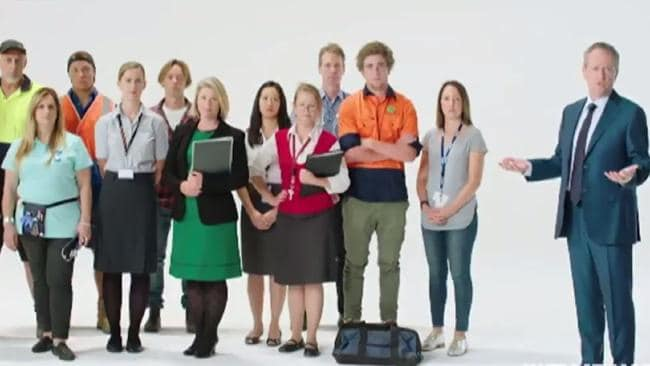 Een screenshot uit een tv-spot van en voor een Australische politieke partij. Rechts in beeld is een man in maatpak. Links in beeld is een groep arbeidskrachten Allen zijn wit.